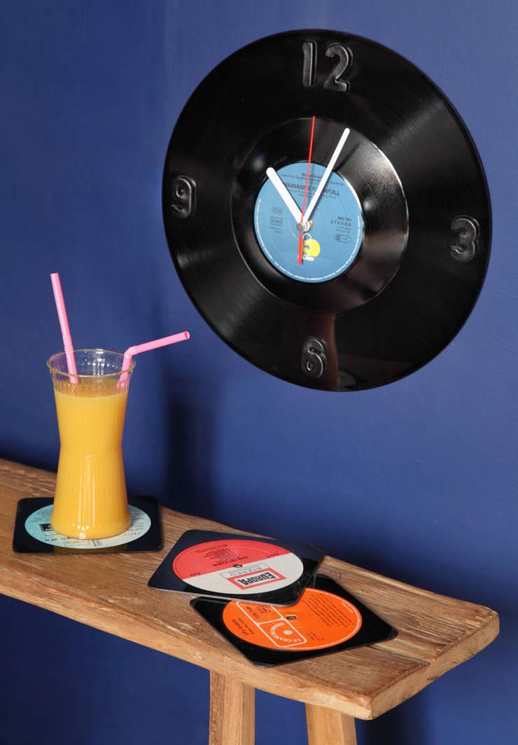 Horloge en disque vinyle recyclés: Bureau de style  par Rose Bunker