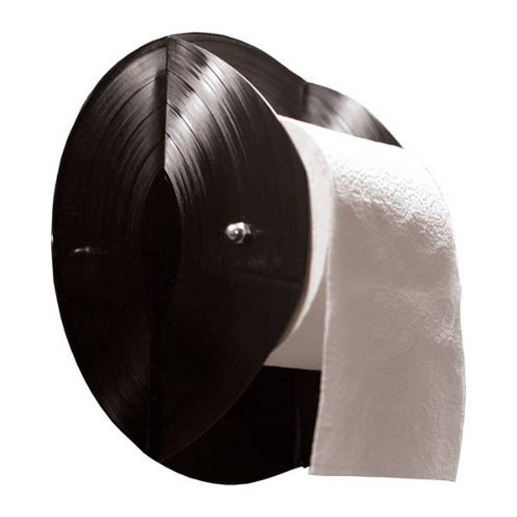 Distributeur papier toilettes, en disque vinyle recyclés: Bureau de style  par Rose Bunker