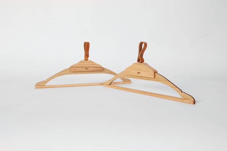 Wooden dress hanger: 톤 퍼니처 스튜디오의  드레싱 룸