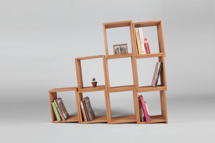 Slanted Bookshelf: 톤 퍼니처 스튜디오의  서재/사무실