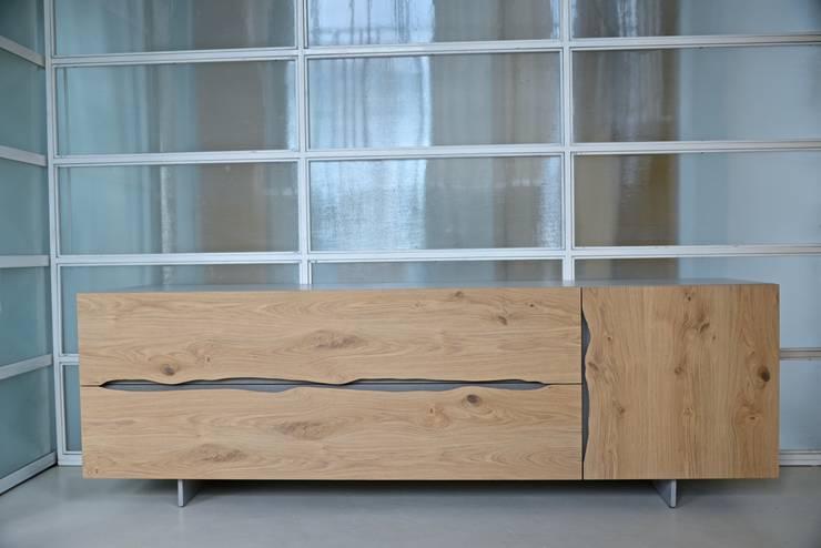 DNA.ONE credenza: Sala da pranzo in stile  di Frigerio Paolo & C.,