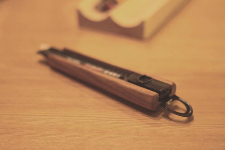 Wooden cutter: 톤 퍼니처 스튜디오의  서재/사무실