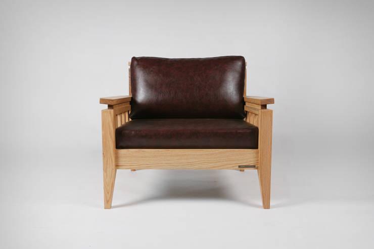 Red oak x leather sofa: 톤 퍼니처 스튜디오의 현대 ,모던