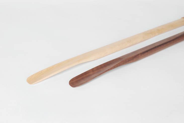Maple & Walnut shoe lift: 톤 퍼니처 스튜디오의  복도, 현관 & 계단