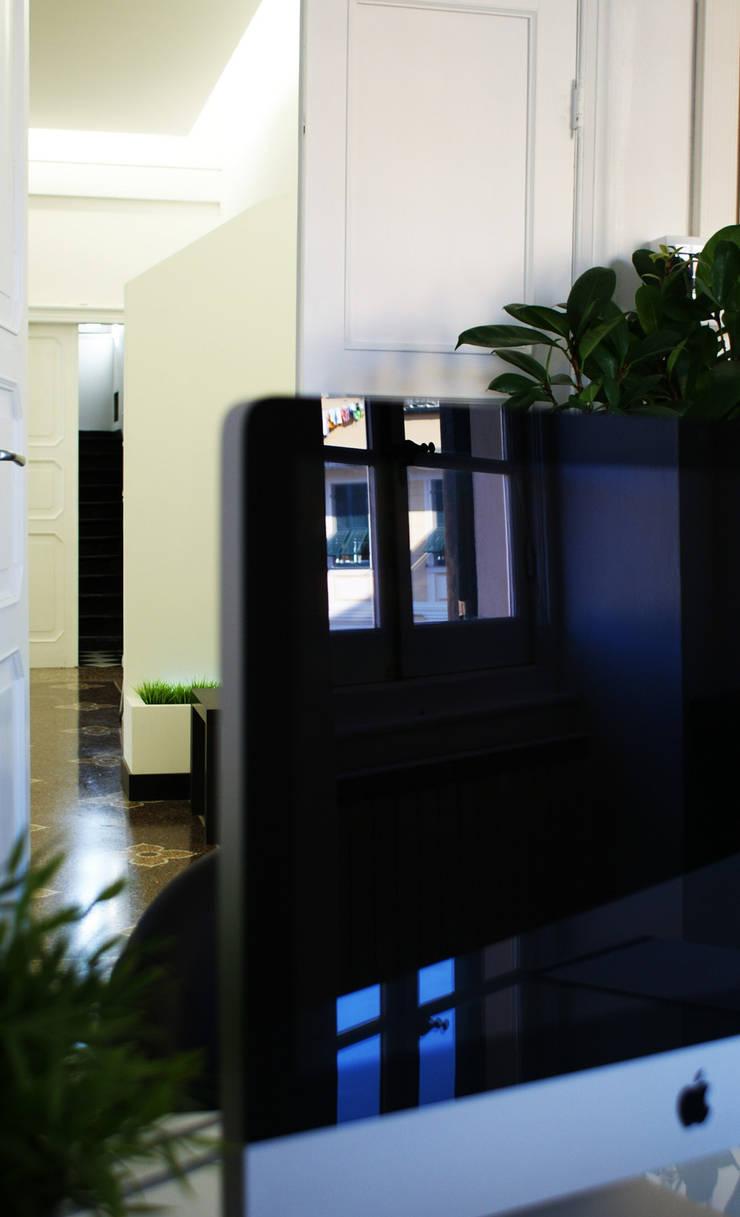WyScout Office: Studio in stile  di Davide Conti Design Studio