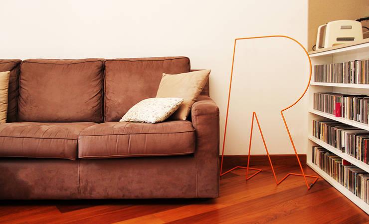 Silent Letter: Camera da letto in stile  di Davide Conti Design Studio
