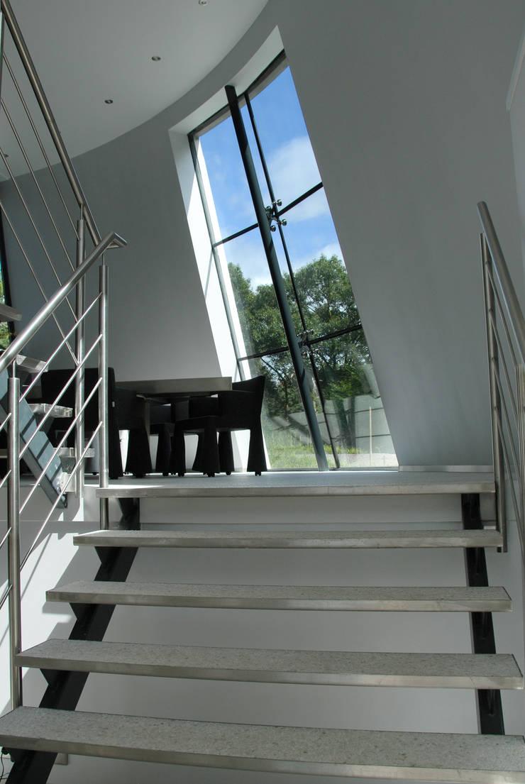 Villa Beekbergen:  Gang en hal door Factor Architecten