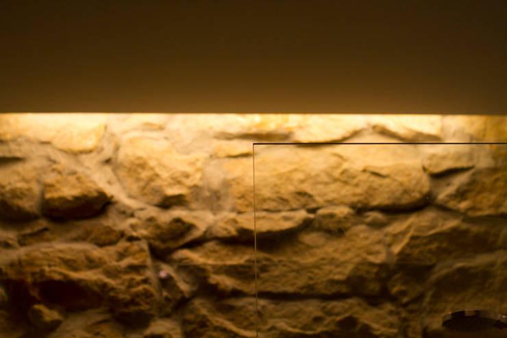 REFORMA INTEGRAL DE VIVIENDA: Baños de estilo moderno de BASA ARQUITECTURA S COOP PEQ P
