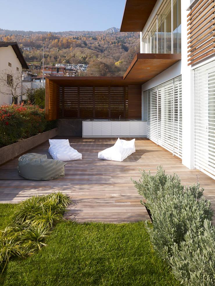 appartamento MP: Terrazza in stile  di Burnazzi  Feltrin  Architects