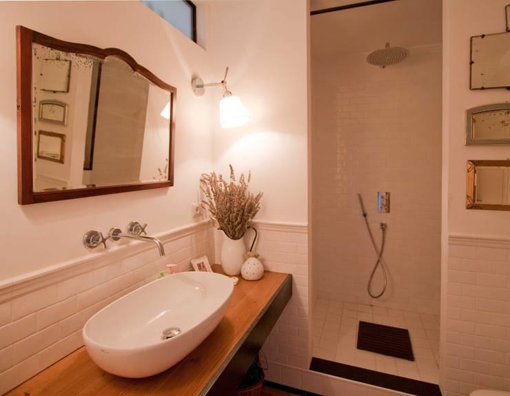 Baños de estilo  por Anomia Studio