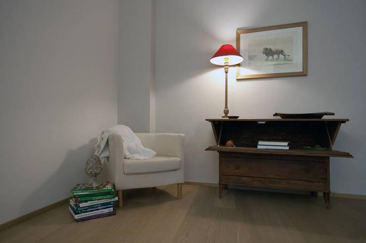 Particolare del soggiorno: Case in stile  di Difinoarchitetti,