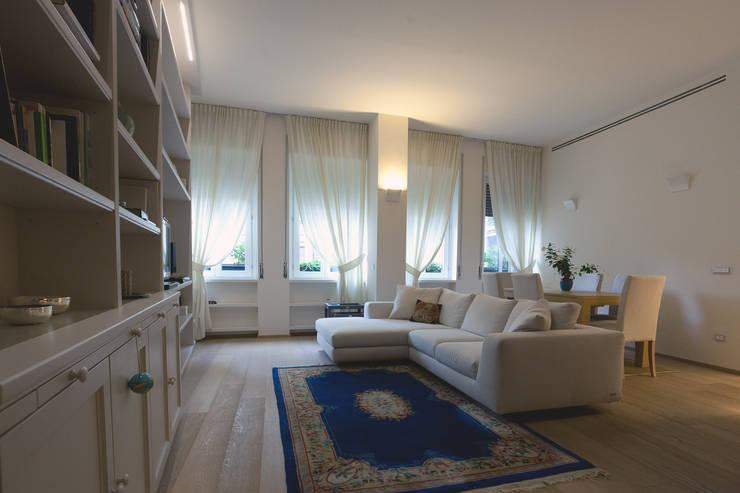 Vista sul soggiorno: Case in stile  di Difinoarchitetti,