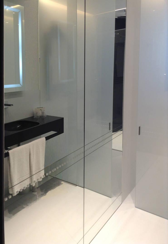 Particolare specchio con serigrafia posto a fronte del piano lavandino, riflesso: Hotel in stile  di Difinoarchitetti
