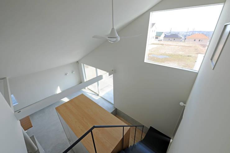 桑名の家 / House in Kuwana: 市原忍建築設計事務所 / Shinobu Ichihara Architectsが手掛けた廊下 & 玄関です。