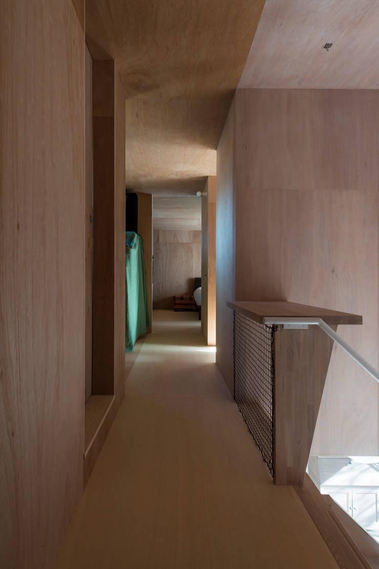 カマクラのイエ: 白子秀隆建築設計事務所が手掛けた廊下 & 玄関です。