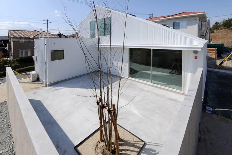 桑名の家 / House in Kuwana: 市原忍建築設計事務所 / Shinobu Ichihara Architectsが手掛けた庭です。
