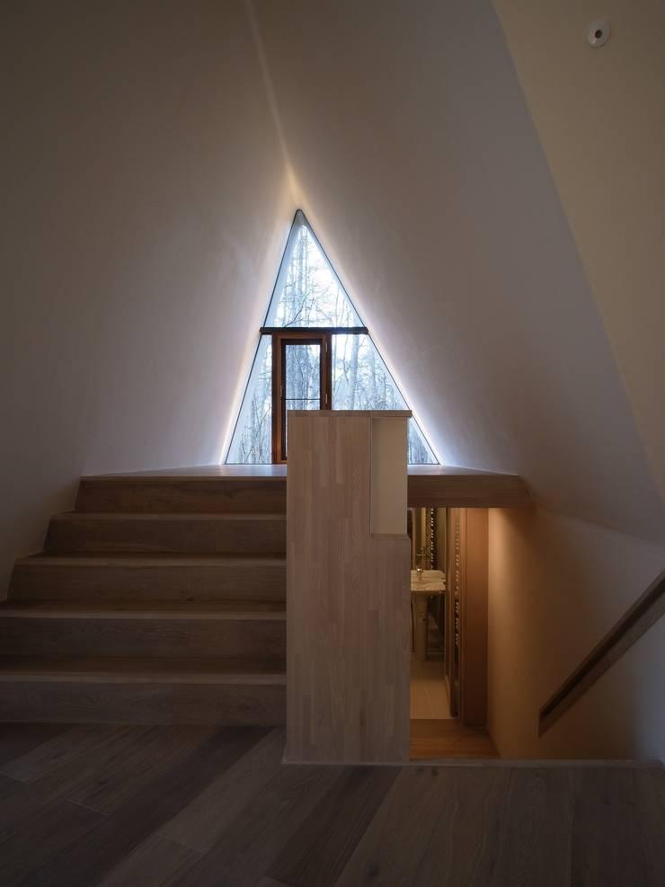 安曇野の山荘: カスヤアーキテクツオフィス(KAO)が手掛けた廊下 & 玄関です。