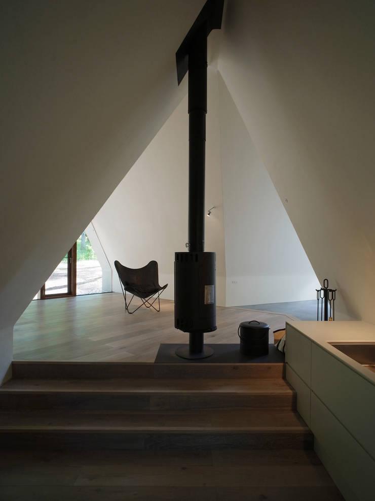 安曇野の山荘: カスヤアーキテクツオフィス(KAO)が手掛けたリビングです。
