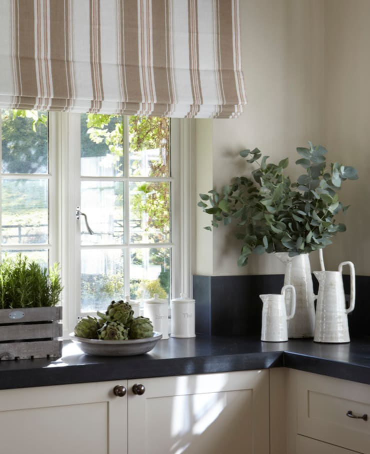Country House, Hampshire:  Kitchen by Helen Green Design