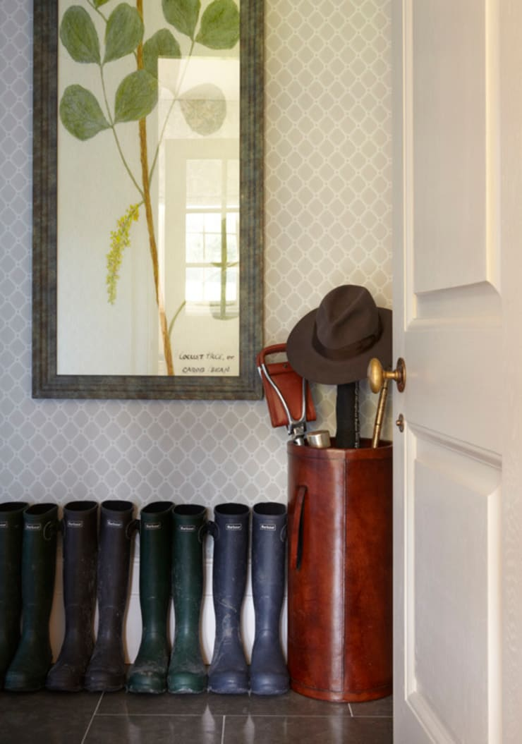 Country House, Hampshire:  Corridor & hallway by Helen Green Design