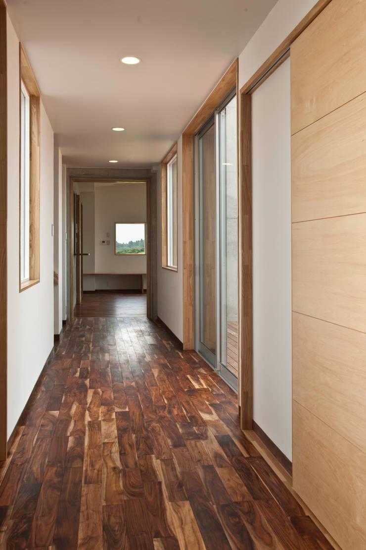天体望遠鏡のある家: tai_tai STUDIOが手掛けた廊下 & 玄関です。,