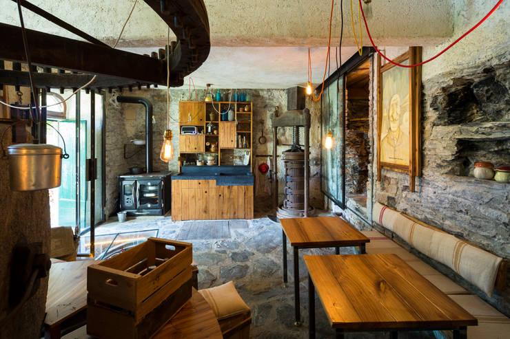 Riqualificazione di un frantoio e locale Birrificio:  in stile  di Manrico Mazzoli Architetto, Rustico
