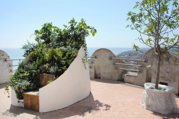 Calipso - Καλυψώ: Giardino in stile  di Cecchetti Denarié Stefàno, Mediterraneo