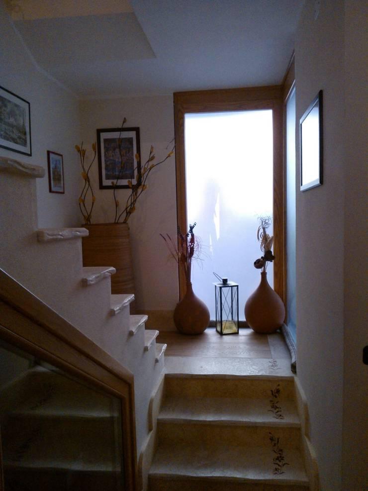 La scala e la luce: Ingresso & Corridoio in stile  di zs 2   studio progettazione integrata