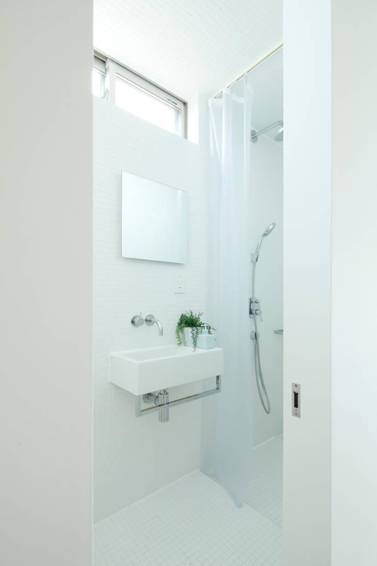 Trapezium House: Kichi Architectural Designが手掛けた浴室です。