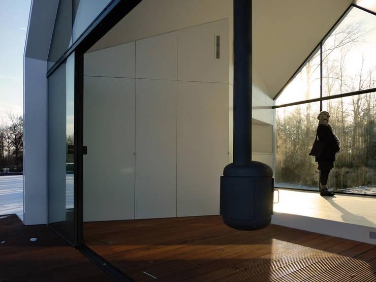 Salones modernos de 2by4-architects Moderno