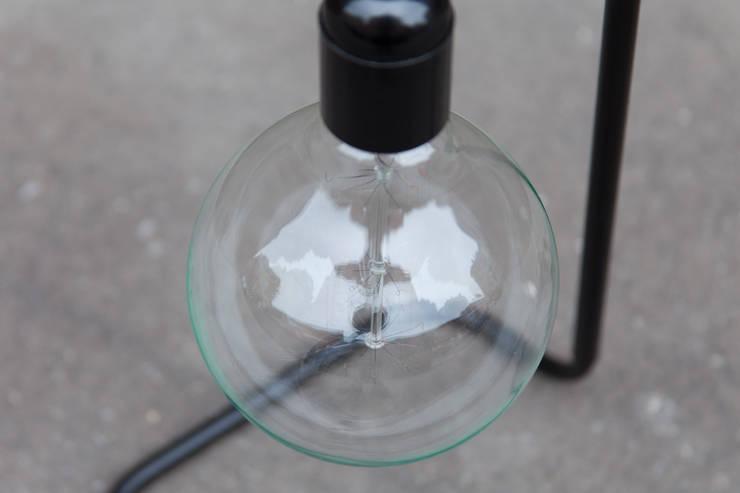 """Lampe à poser """"Plombière"""" monte et baisse: Maison de style  par Daniel Gallo - Editions MD"""