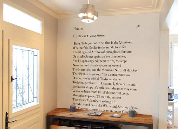 Papier peint SHAKESPEARE To be or not to be: Murs & Sols de style  par Ohmywall