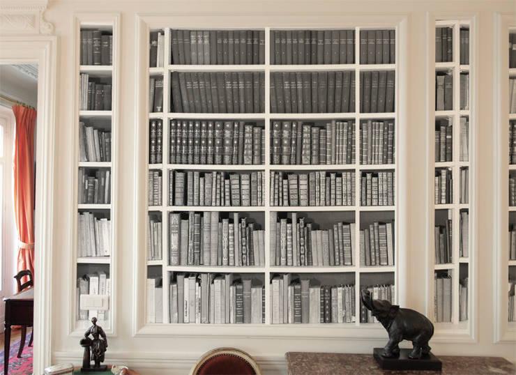 Papier peint Bibliothèque noir et blanc: Murs & Sols de style  par Ohmywall
