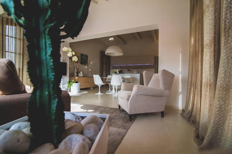 casa unifamiliare nella campagna toscana: Sala da pranzo in stile in stile Minimalista di enrico marradini ARCHITETTO