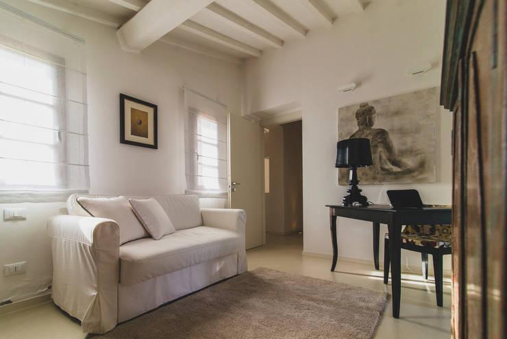 Vista cameretta: Camera da letto in stile in stile Minimalista di enrico marradini ARCHITETTO