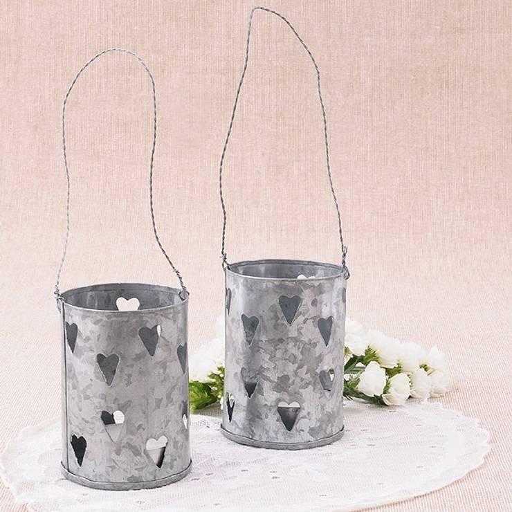 Farolillo de latón para velas con corazones: Balcones y terrazas de estilo  de Beautifulbluebrides.com
