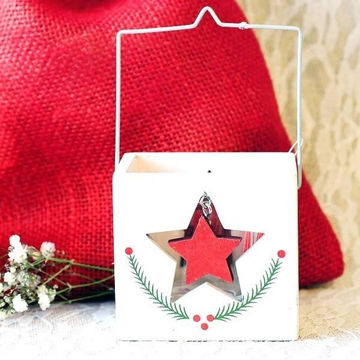 Farolillo para decoración de navidad con estrella: Balcones y terrazas de estilo  de Beautifulbluebrides.com