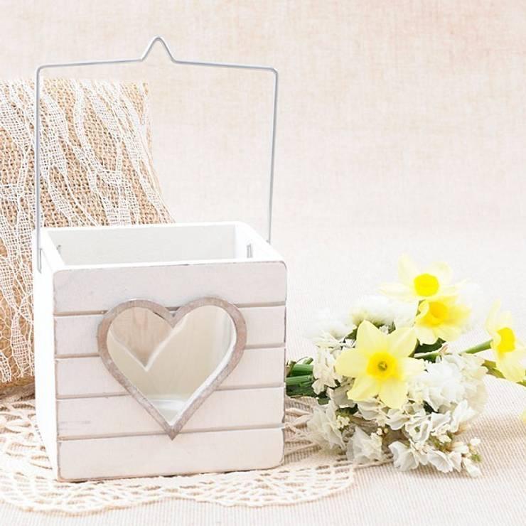 Farolillo de madera blanca para vela con corazon: Balcones y terrazas de estilo  de Beautifulbluebrides.com