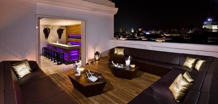 Hotel Me Reina Victoria Madrid: Jardines de estilo  de Vondom