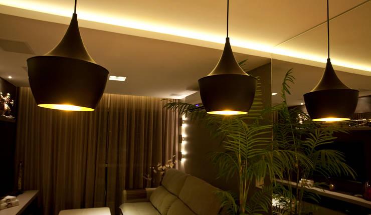 PROJETO LUMINOTÉCNICO : Salas de estar  por Leles Arquitetura e Iluminação