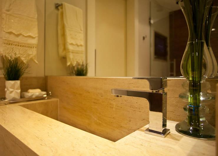 Bancada em mármore Crema Marfil: Salas de estar  por Leles Arquitetura e Iluminação