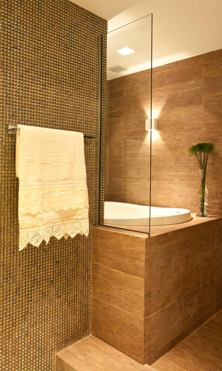 Banho com ofurô: Salas de estar  por Leles Arquitetura e Iluminação