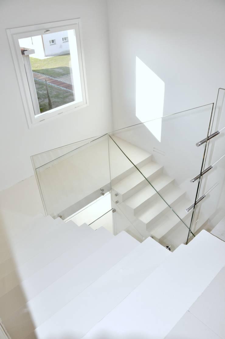 pavimentazione per studio fotografico: Pareti & Pavimenti in stile  di Resin Floor srl