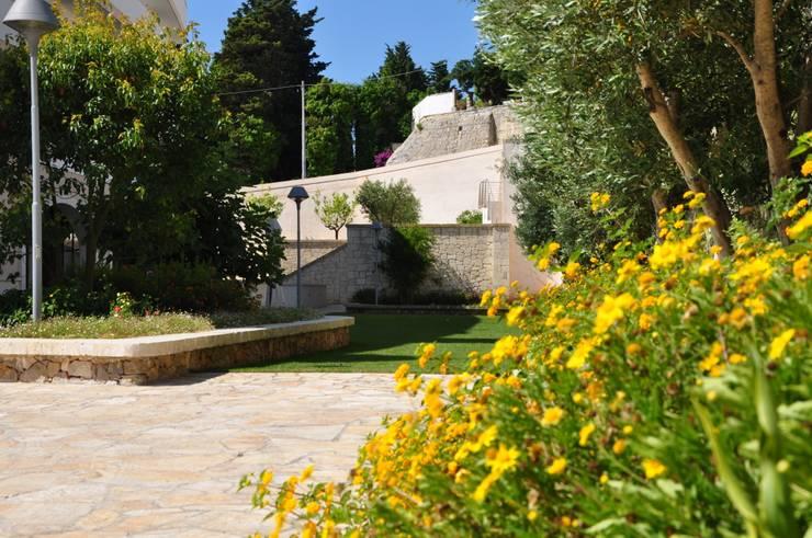 Hotel Vittoria Resort e SPA ****S:  in stile  di  MELLOGIARDINI EXTERIOR DESIGNERS, Mediterraneo