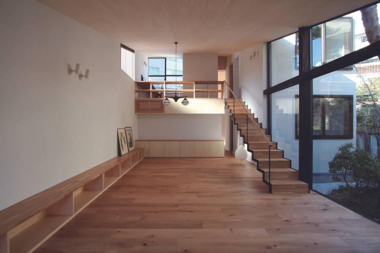 若林M邸: 遠藤誠建築設計事務所(MAKOTO ENDO ARCHITECTS)が手掛けたリビングです。,モダン