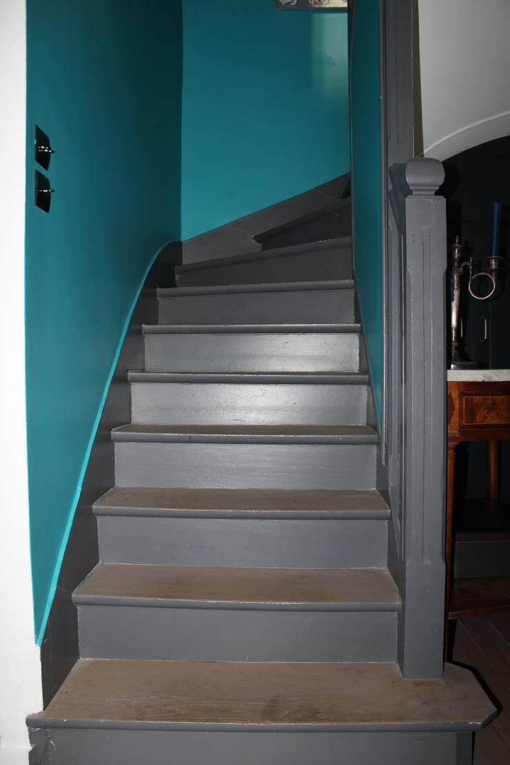 L'escalier qui mène aux combles:  de style  par Natalie Brun d'Arre