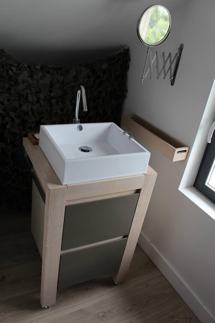 une vasque est installée dans la chambre:  de style  par Natalie Brun d'Arre
