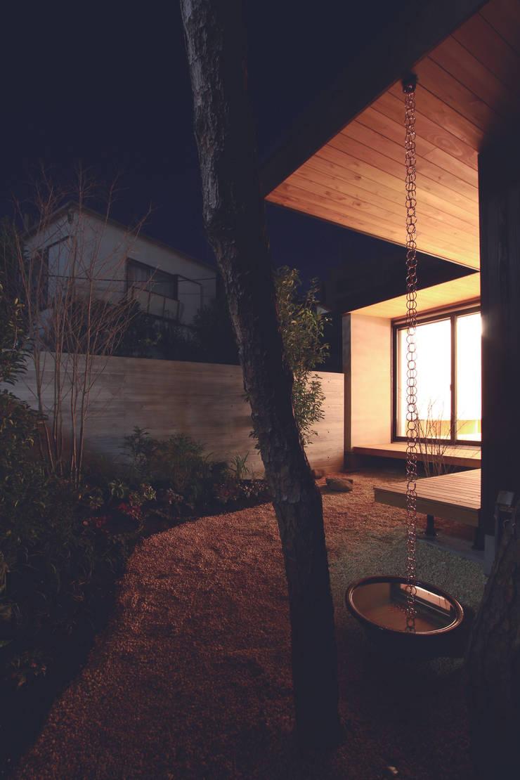 若林M邸: 遠藤誠建築設計事務所(MAKOTO ENDO ARCHITECTS)が手掛けた庭です。,モダン