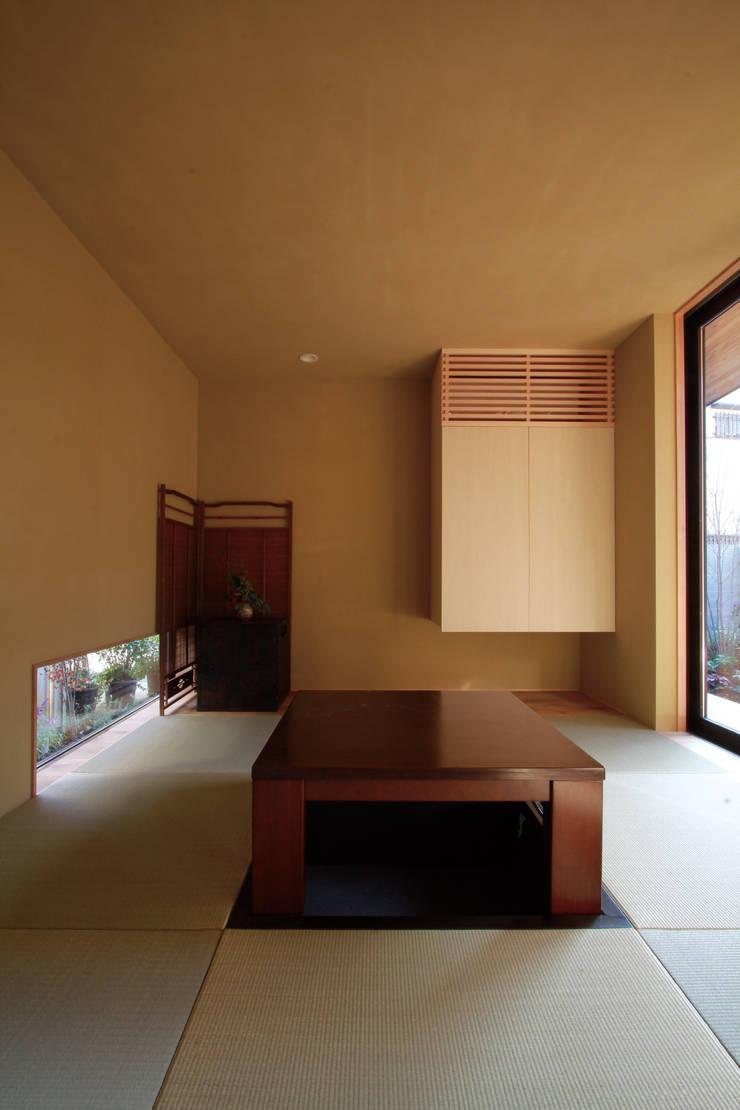 若林M邸: 遠藤誠建築設計事務所(MAKOTO ENDO ARCHITECTS)が手掛けた和室です。,モダン