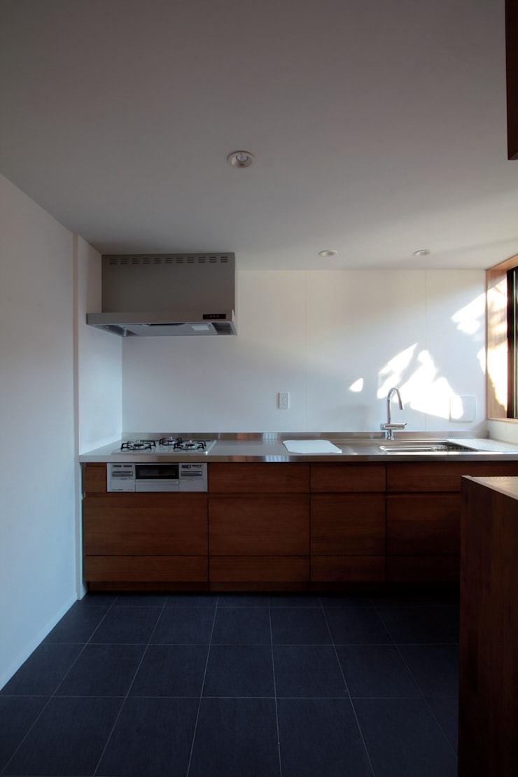 若林M邸: 遠藤誠建築設計事務所(MAKOTO ENDO ARCHITECTS)が手掛けたキッチンです。,モダン